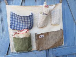 Panneau à poches  ou range-doudous en toile écrue avec poches en tissu vert, bleu, marron