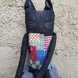 Grand doudou-chat avec pièces de tissu appliquées