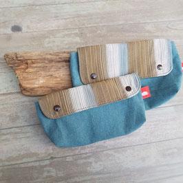 Pochette en toile bleu canard avec rabat rayé