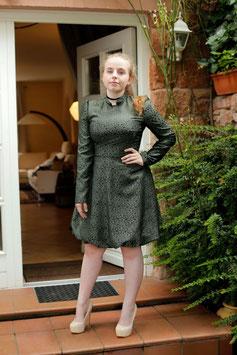 Festliches Kleid dunkelgrün mit glänzendem Vintage Muster und Ballonsaum (kk-7147)