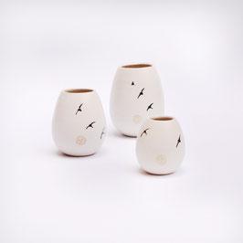 Vase mittelgroß mit Schwalben, bauchig, innen weiß