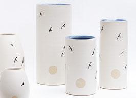 Vase mittelgroß mit Schwalben, gerade, innen blau