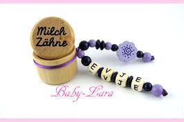 Zahndose mit Namen - Lila Schnörkelblume mit geprägten Premium Holzbuchstaben 72