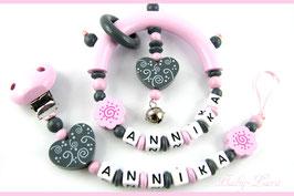 Schnullerkette und Greifling mit Namen - Schnörkelherz, -blume & rosa Clip bzw. Ring & Glöckchen 042