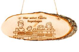 Türschild mit personalisierbarer Gravur Querformat- Holzschild Erle mit Rinde - Hier wohnt Familie