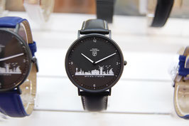 Kühlungsborn-Uhr schwarz veredelt mit Lederarmband schwarz mit weißer Naht