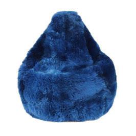 Bean bag en forme de poire en fourrure naturelle de mouton teintée bleu dur fabriqué en France