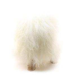 Tabouret scandinave fabriqué avec 4 pieds en bois de bouleau naturel brut et son assise en peau de mouton naturelle islandaise blanche