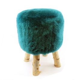 Tabouret scandinave fabriqué avec 4 pieds en bois de bouleau naturel brut et son assise en peau de mouton teintée vert sapin