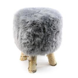 Tabouret scandinave fabriqué avec 4 pieds en bois de bouleau naturel brut et son assise en peau de mouton teintée grise