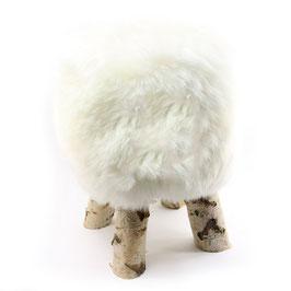 Tabouret scandinave fabriqué avec 4 pieds en bois de bouleau naturel brut et son assise en peau de mouton blanche naturelle