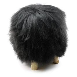 Tabouret scandinave fabriqué avec 4 pieds en bois de bouleau naturel brut et son assise en peau de mouton naturelle islandaise noire