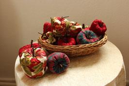 Äpfel zum Dekorieren, uni weinrot, weinrot-grün kariert, mit Apfel-Blätter-Motiv