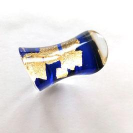 royalblau- transparenter Ring mit Goldmetalleinschluss