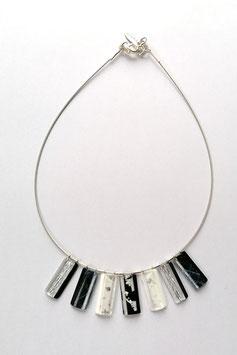 Halskette schwarz und weiss Silbermetalleinschluss Textileinschluss silber