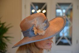 festlicher Hut mit Federblume