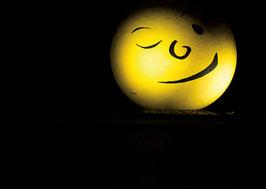 Postkarte: Ein Auge zudrücken und lächeln bitte