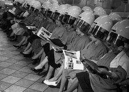 Postkarte: Viele Frauen unter der Haube