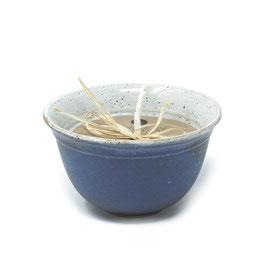 Gartenkerze mit Duftöl in der Keramikschale, Farbe: Flieder-Weiß