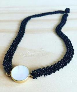 Halskette mit weißem Medaillon