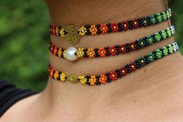 Blumenförmige Halskette mit verschiedenen Medaillons