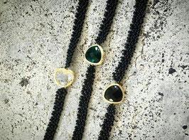 Halskette mit Stein besetzt mit Goldmetall