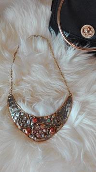 Metallische Halskette mit kleinen Perlen