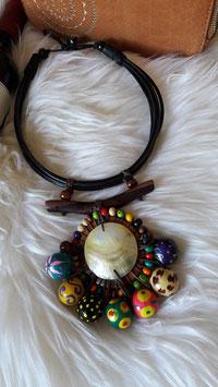 Mehrfarbige Halskette aus Holz und kleinen Samen