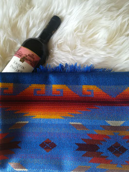 Traditioneller blauer Schal mit Farbmustern
