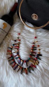 Mehrfarbige Halskette abwechselnd Holzchips und kleine bemalte Samen