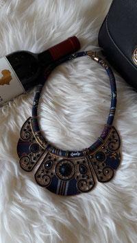 Blaue Halskette aus Stoff, Steinen und Metall