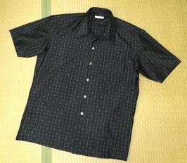 大島紬シャツ「かごんまのいっちゃびら」 メンズ、緯絣トンボ柄、泥染色、半袖開襟