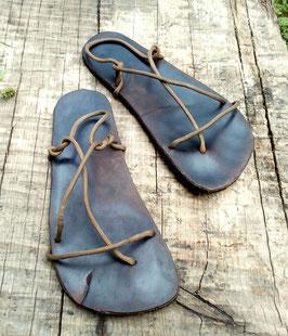 Sandalen aus Autoreifen und Lederresten