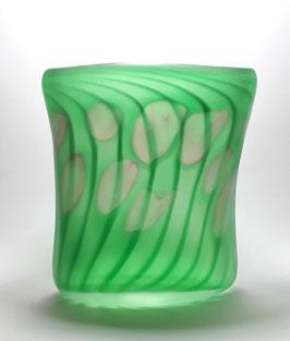 Vase, oval, beryllgrün mit Punkten in goldrubin, gesandstrahlt
