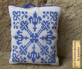 coussin de lavande aux fleurs de Lys  bleues