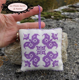 coussin-sachet de lavande motif d' inspiration médiévale, recto-verso, rechargeable