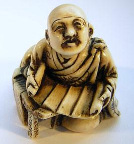 1166 Netsuke Katabori 形彫 Priestermönch beim lesen einer Schriftrolle