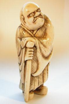 1357 Netsuke Katabori 形彫stehender Mann auf Stock gelehnt mit Schwert am Rücken