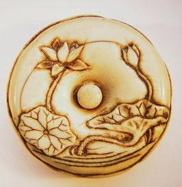 1381 Netsuke Manju 饅頭 zwei Lotosblüten und Blätter  Rs. Zierwerk und Ornamente