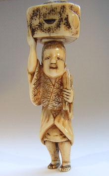 1152 Netsuke Katabori 形彫 Mann mit Baumstamm auf Kopf transportierend