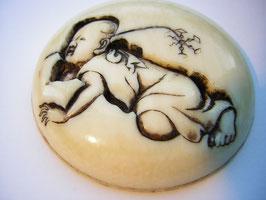 1010 Netsuke Manju 形彫 krabelndes Kind mit Windrad