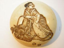 1497 Netsuke Manju 饅頭 junge Frau mit Blumenkorb im versenkten Relief