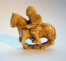 1028 Netsuke Katabori 形彫 Samurai Ritter zu Pferde