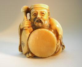 1868 Netsuke Katabori 形彫 chinesischer Weiser mit Trommel