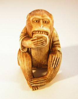 2288 Netsuke Katabori 形彫 Affe mit Jäckchen