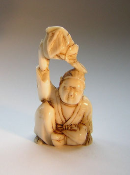 1712 Netsuke Katabori 形彫 sitzender Mann mit Pfirsich