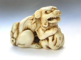 2273 Netsuke Katabori 形彫 Shishi Wächterlöwe am Fels