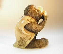 1918 Netsuke Katabori 形彫 Affe mit Weste