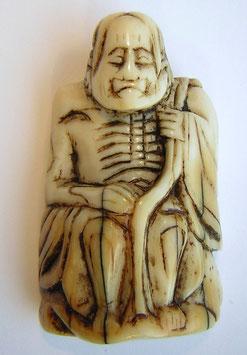 1147 Netsuke Katabori 形彫 sitzender Sennin mit Wanderstab