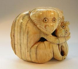 1839 China Elfenbeinschnitzerei Toggle Affe junges umarmend
